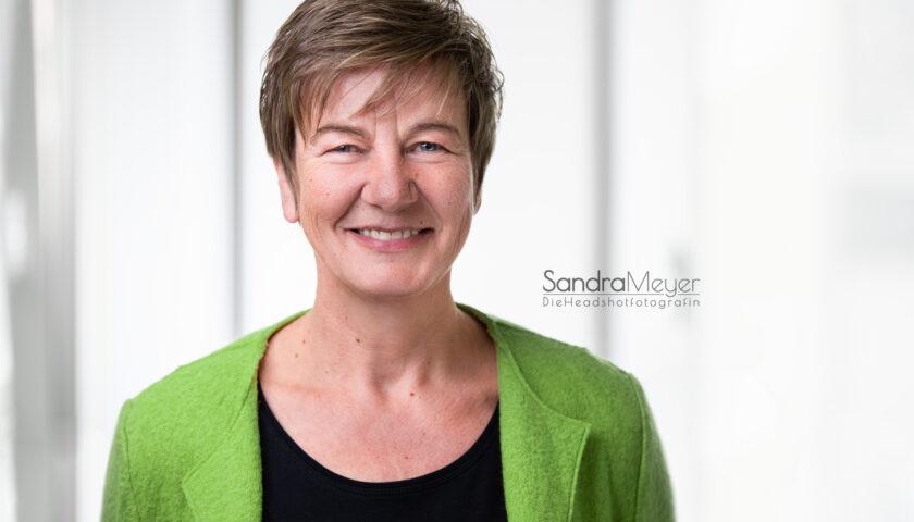 Mitarbeiterportrait Zahnarzt Ilsede Frau in grün